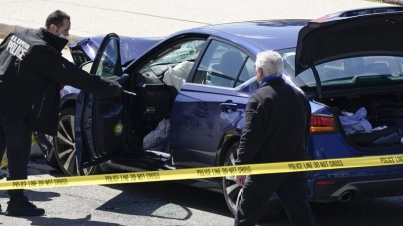 미국 국회의사당 경찰이 2021년 4월 2일 워싱턴 의사당에서 장벽과 충돌한 차량 근처에 서 있다.   J. Scott Applewhite/AP Photo 연합