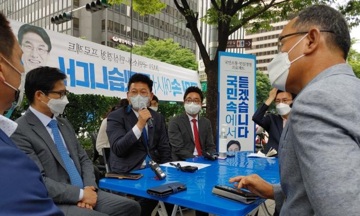 더불어민주당 송영길 대표가 '국민소통·민심경청 프로젝트' 일환으로 31일 여의도역 5번 출구에서 직장인들을 만났다. | 에포크타임스