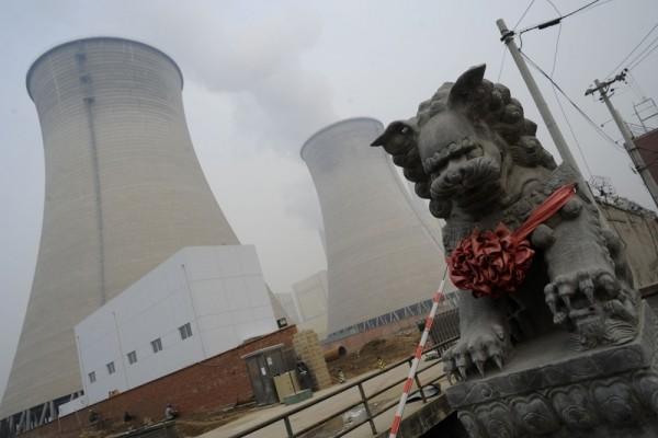 베이징 교외의 한 공장 냉각탑. 석탄을 연료로 사용했다. | GOH CHAI HIN/AFP/Getty Images 연합뉴스