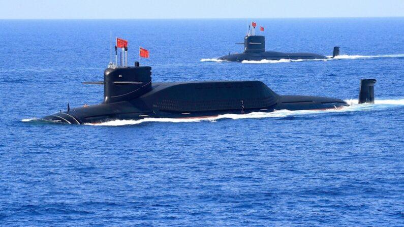 중공 인민해방군(PLA) 해군 094A형 진급 탄도미사일 잠수함이 2018년 4월 12일 남중국해에서 모습을 드러냈다.   로이터=연합