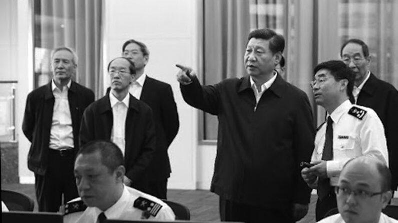 시진핑 중국 국가주석이 현장 시찰 하는 가운데, 류허(맨 왼쪽) 당시 중앙재경영도소조 주임(국장)의 모습이 모인다. | 자료사진