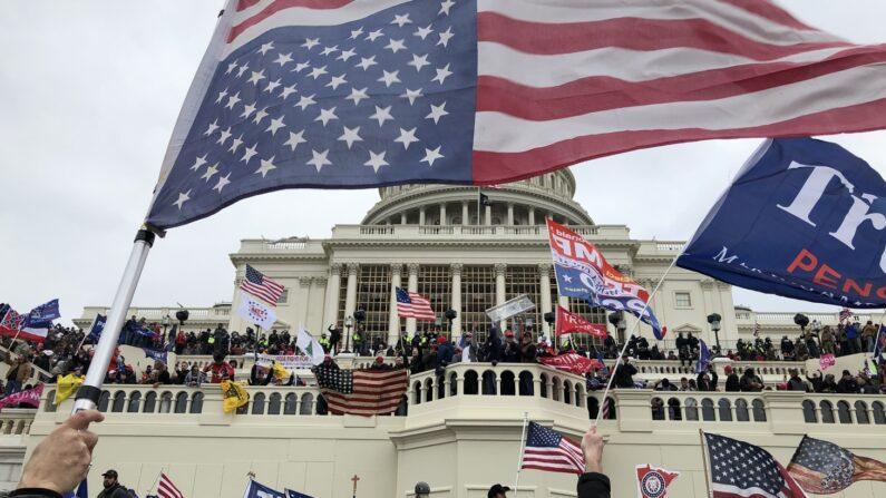 도널드 트럼프 당시 미국 대통령의 지지자들을 포함한 군중이 미국 워싱턴DC 국회의사당에 난입해 성조기와 트럼프 지지 깃발을 흔들고 있다. 2021.1.6 | 로이터/연합