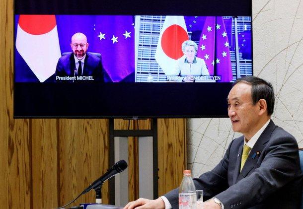 스가 요시히데 일본 총리가 27일 샤를 미셸 유럽연합(EU) 정상회의 상임의장, 우르줄라 폰데어라이엔 EU 집행위원장과 화상으로 회담하는 모습. | AFP/연합뉴스