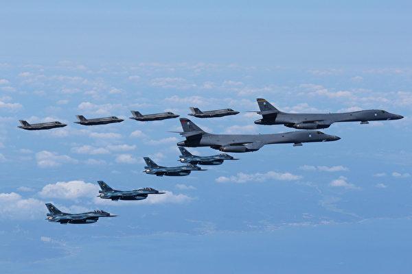미군의 B-1B 폭격기와 F-35 스텔스 전투기가 일본 자위대의 f-2전투기와 일본 해역에서 연합훈련을 진행하고 있다. 2017.9.18 | 미 육군 제공
