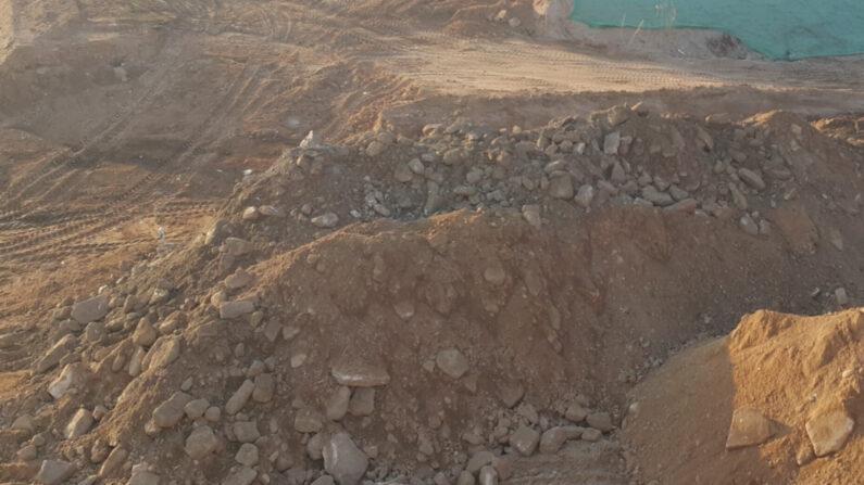2020년 4월 6일 중도유적지 수로공사 현장에서 불법으로 매립된 수십톤 이상의 잡석이 발견됐다. 잡석들은 주로 중도의 서쪽지역에서 집중적으로 확인됐는데 수로는 너비가 3m에 미치지 않음을 감안하면 전체적으로 매립된 잡석은 수백톤 이상일 것으로 예상된다. | 중도본부 제공