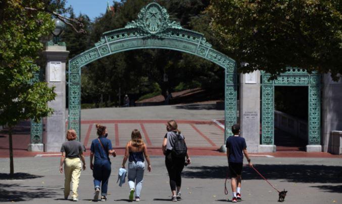 미국 캘리포니아주 버클리의 UC버클리 캠퍼스에서 학생들이 새더 게이트(Sather Gate)를 향해 걷고 있다. 2020.07.22 | Justin Sullivan/Getty Images