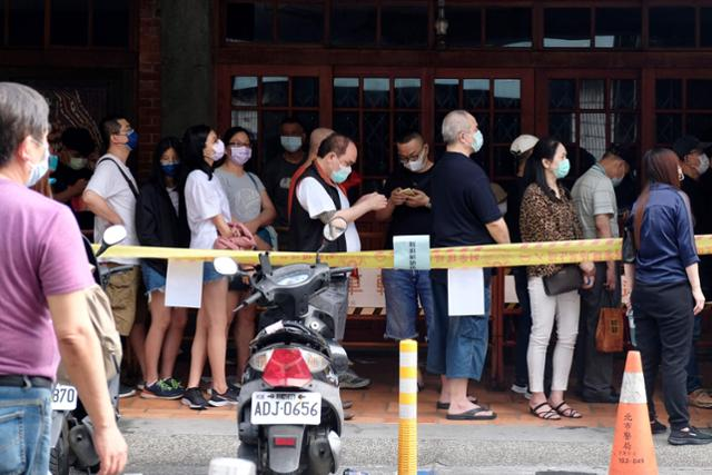 18일 대만의 코로나19 검사소 앞에 길게 늘어선 줄. | AFP/연합뉴스
