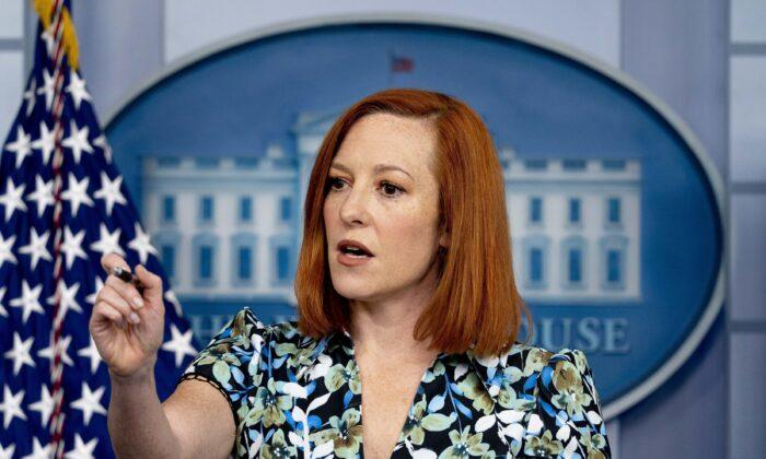 젠 사키 백악관 대변인이 지난달 16일(현지시간) 기자들을 상대로 정례 브리핑을 하고 있다.   Andrew Harnik/AP Photo 연합