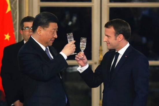 지난 2019년 3월 26일(현지시각) 프랑스를 국빈 방문한 시진핑 중국 국가주석(왼쪽)이 에마뉘엘 마크롱 프랑스 대통령과 함께 와인잔을 들고 건배하고 있다. 중국은 프랑스 와인을 세계에서 가장 많이 수입하는 나라다.   AP/연합뉴스