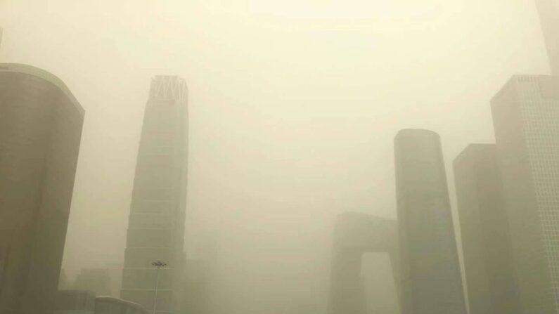 황사로 누렇게 뒤덮인 베이징 도심 | 연합뉴스