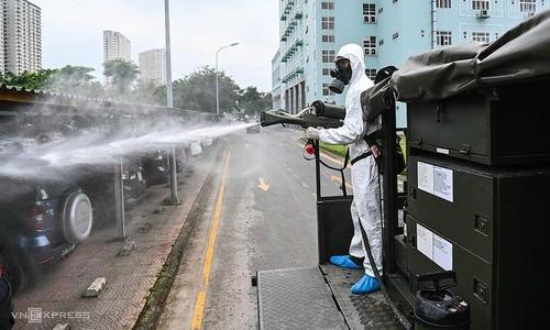 하노이에서 소독 작업을 벌이고 있는 방역요원   VN익스프레스 사이트 캡처