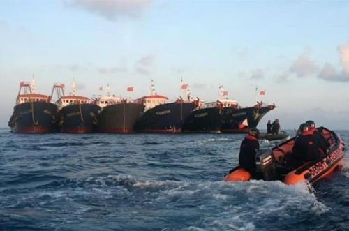 휫선 암초 부근에 정박중인 중국 선박들을 감시하는 필리핀 해안경비대.   필리핀 해양경비대(PCG) 제공