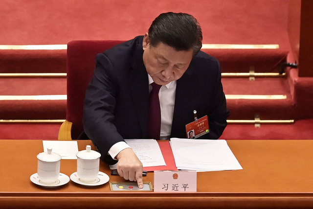 시진핑 중국 국가주석이 11일 중국 베이징 전인대 회의장에서 투표 버튼을 누르는 모습. | UPI=연합뉴스