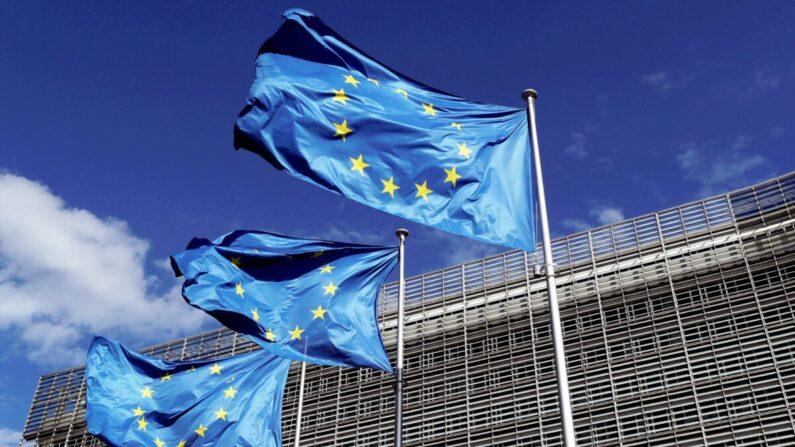벨기에 수도 브뤼셀의 유럽연합 본부 앞에 유럽연합기가 바람에 펄럭이고 있다. 2020.8.21 | Yves Herman/로이터/연합
