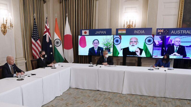 조 바이든(왼쪽) 미국 대통령이 3월 12일(현지시간) 워싱턴DC 백악관에서 토니 블링컨(왼쪽에서 두 번째) 국무장관과 함께 화상으로 진행된 쿼드(Quad) 정상회의에 참여하고 있다. 스크린 왼쪽부터 오른쪽으로 스가 요시히데 일본 총리, 나렌드라 모디 인도 총리, 스콧 모리슨 호주 총리   연합뉴스