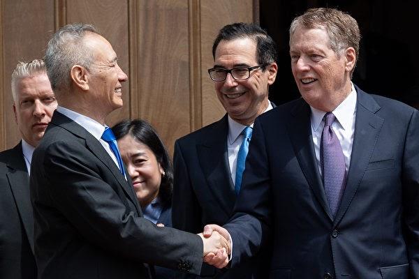 2019년 5월 초 류허 부총리와 미국 측이 회담장에서 인사하는 장면.   SAUL LOEB/AFP/Getty Images/연합