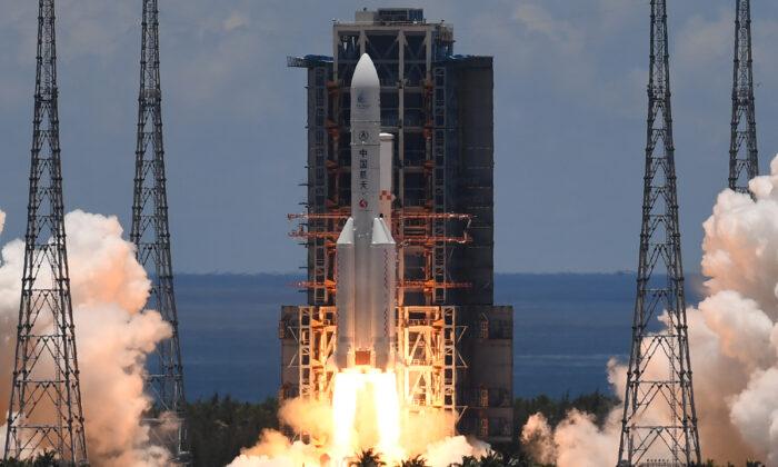 화성 탐사선 톈원 1호를 탑재한 창정 5호가 중국 하이난성 원창 우주선 발사센터에서 발사되고 있다. 2020.07.23   Noel Celis/AFP via Getty Images/연합