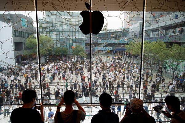 중국 베이징에 아시아 최대 규모로 들어선 애플 매장에 소비자들이 몰려 있다.   로이터=연합뉴스
