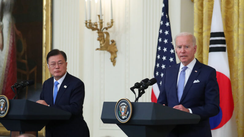 문재인 대통령과 조 바이든 미국 대통령이 21일 오후(현지시간) 한·미 정상회담을 마치고 백악관 이스트룸에서 공동 기자회견을 하고 있다.   연합뉴스