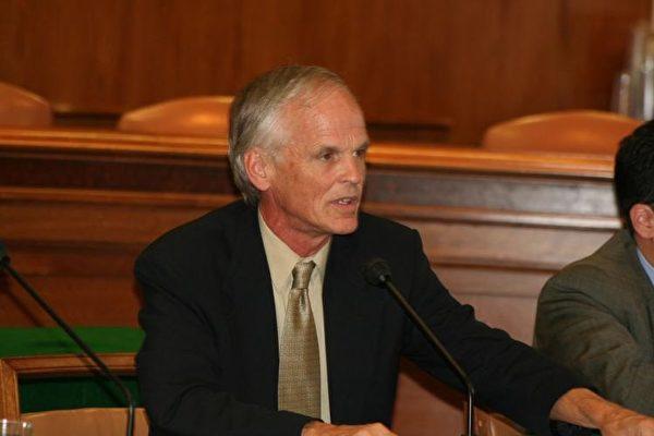 사진은 2013년 2월 미국 애틀랜타에서 연설 중인 페리 링크. (에포크타임스)