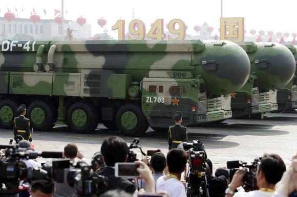 2019년 10월1일 베이징에서 열린 중국 건국 70주년 국경절 열병식에서 차세대 대륙간탄도미사일(ICBM) '둥펑(東風)-41'(DF-41)이 톈안먼 광장을 지나고 있는 모습. | 로이터/연합뉴스