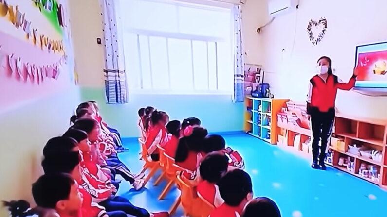 중국 유치원에서 공산주의 사상 주입 교육 장면 | 영상 캡처