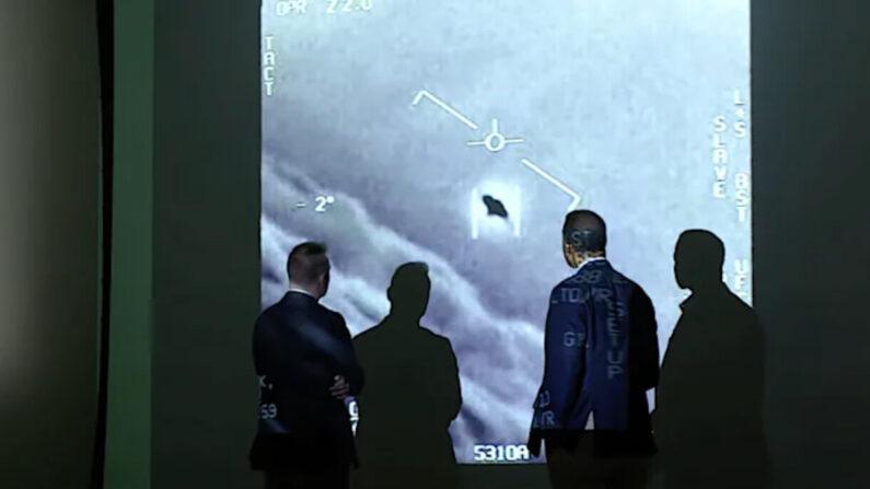 미국 해군이 촬영한 미확인비행현상(UAP)과 이를 지켜보는 사람들 | CBS 방송화면 캡처