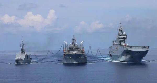 호주 보급함 시리우스함(가운데)이 프랑스 해군 강습상륙함 토레르함(오른쪽)과 호위함인 쉬프쿠프함(왼쪽)에 연료를 보급하고 있다. | 호주 해군 제공