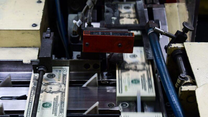 미 재무부 산하 연방인쇄국(조폐국)에서 20달러 지폐를 발행하고 있다. 2018.7.20 | 워싱턴DC=EVA HAMBACH/AFP via Getty Images 연합