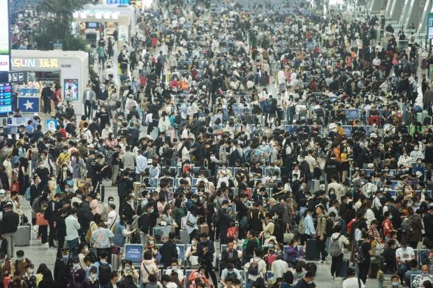 중국 노동절 연휴 앞두고 항저우 기차역에 몰린 인파 | 연합뉴스