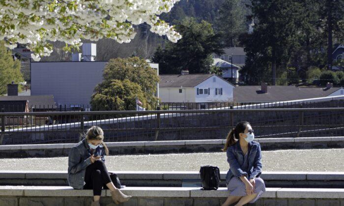 오리건주의 레이크 오스베고에 마스크를 쓴 주민들이 앉아 있다. | Gillian Flaccus/AP Photo 연합