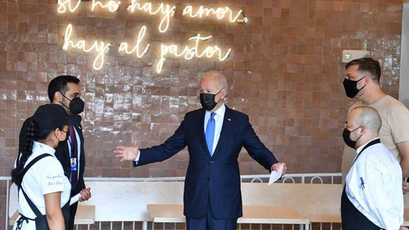 조 바이든 미국 대통령이 식당구제기금(RRF) 첫 수혜 식당에 방문해 직원들을 만나고 있다. | NICHOLAS KAMM/AFP via Getty Images/연합