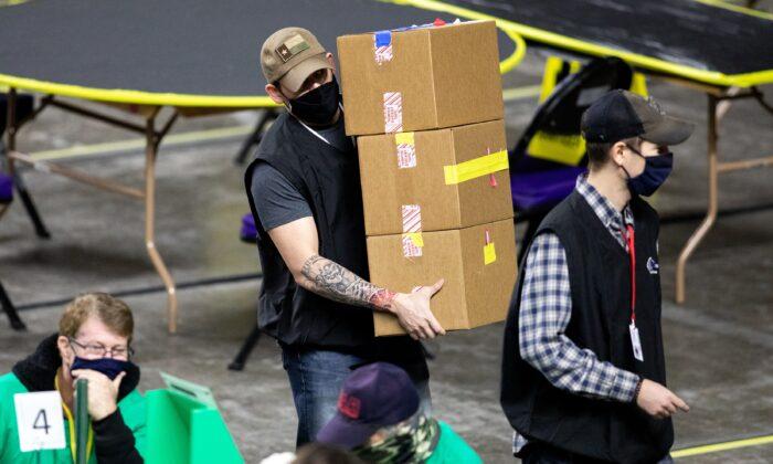 보안업체 사이버닌자스 고용자들이 1일(현지시간) 애리조나주 피닉스시에 마련된 재검표장에서 2020년 선거 투표지를 조사하고 재검표하고 있다.   Courtney Pedroza/Getty Images