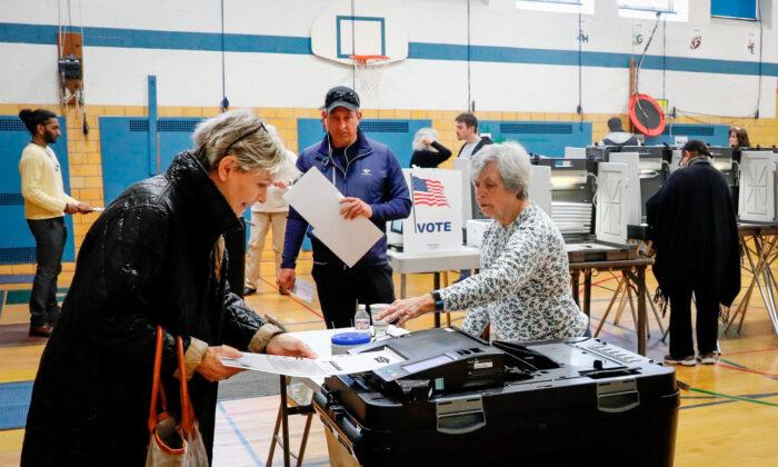 유권자들이 전자개표기에 투표지를 넣고 있다. | Jeff Kowalsky/AFP via Getty Images/ 연합
