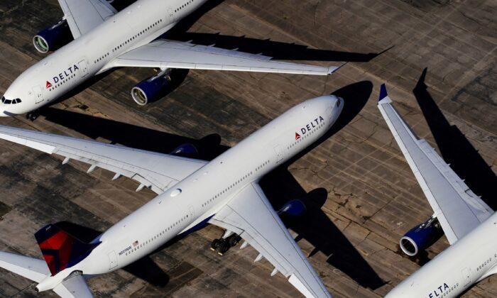 앨라배마주 버밍엄에 있는 버밍엄-셔틀즈워쓰 국제공항에서 대기하고 있는 델타항공 여객기. 2020.05.25   Elijah Nouvelage/Reuters 연합