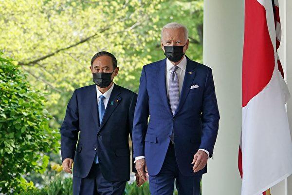 조 바이든 미국 대통령과 스가 요시히데 일본 총리가 2021년 4월 16일(현지시각) 워싱턴DC 백악관 로즈가든에서 열리는 공동기자회견에 참석하기 위해 이동하고 있다. | MANDEL NGAN/AFP via Getty Images