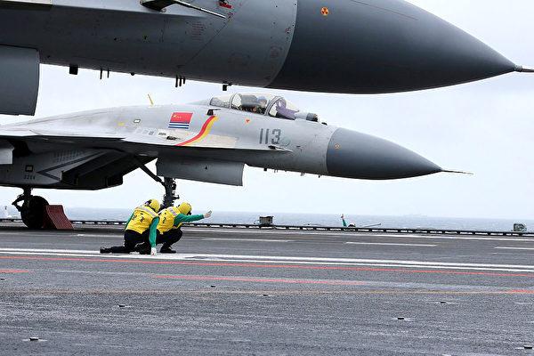 중공군 항공모함 랴오닝함에 탑재된 함재기 젠-15 | STR/AFP via Getty Images