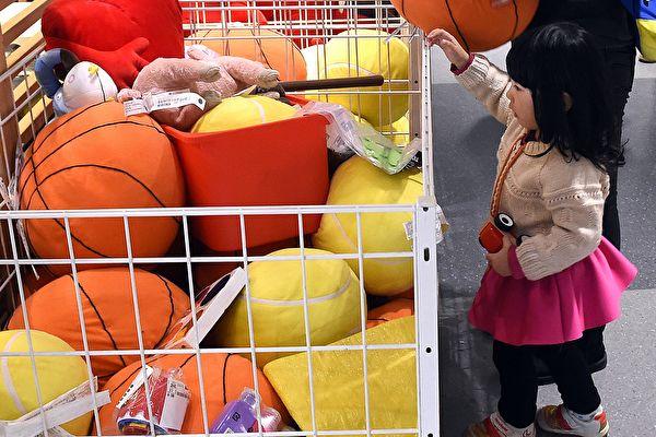 중국 공산당의 인구수치 조작과 탄로는 여러 문제를 낳을 수 있다. 사진은 베이징의 한 가구점에서 놀고 있는 여아.   GOH CHAI HIN/AFP via Getty Images 연합