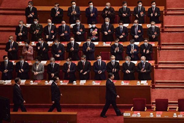시진핑(오른쪽) 중국 공산당 총서기가 지난 3월 11일 정치국 상무위원들과 함께 전국인민대표대회(전인대) 폐막식 회의장에 들어서고 있다.   Nicolas Asfouri/AFP via Getty Images