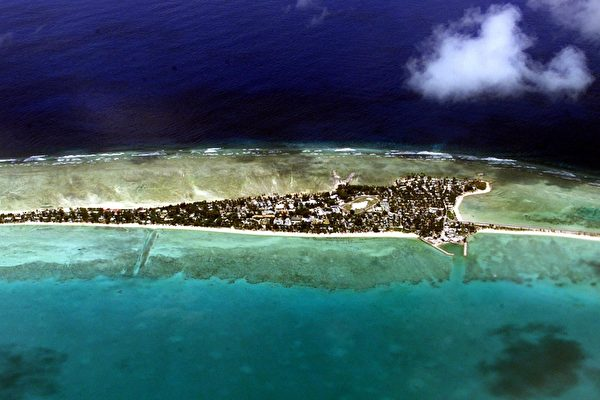 키리바시는 세계에서 유일하게 4개의 반구(半球)를 가로지르는 국가로, 약 32개의 환초섬과 1개의 외딴섬으로 이뤄져 있으며, 그중 일부는 미국의 군사시설에서 불과 700km 떨어져 있다. 그중 크리스마스섬은 미국 태평양사령부가 있는 호놀룰루에서 불과 2150km 떨어진 세계 최대의 환초다.   TORSTEN BLACKWOOD/AFP