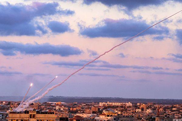 지난 17일 가자지구에서 발사된 로켓은 이스라엘을 향해 계속 발사됐다. (Said Khatib/AFP via Getty Images연합)