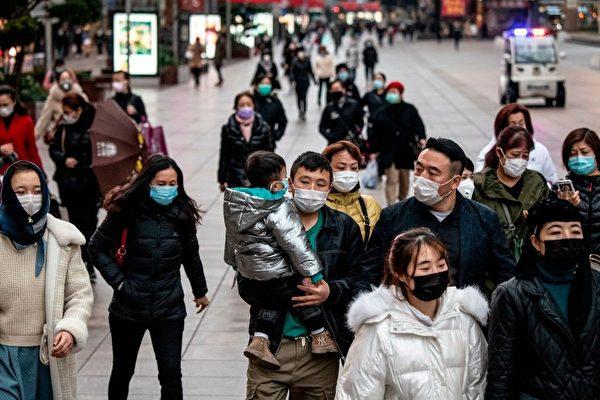 중국 상하이 거리를 지나는 시민들   NOEL CELIS/AFP via Getty Images/연합