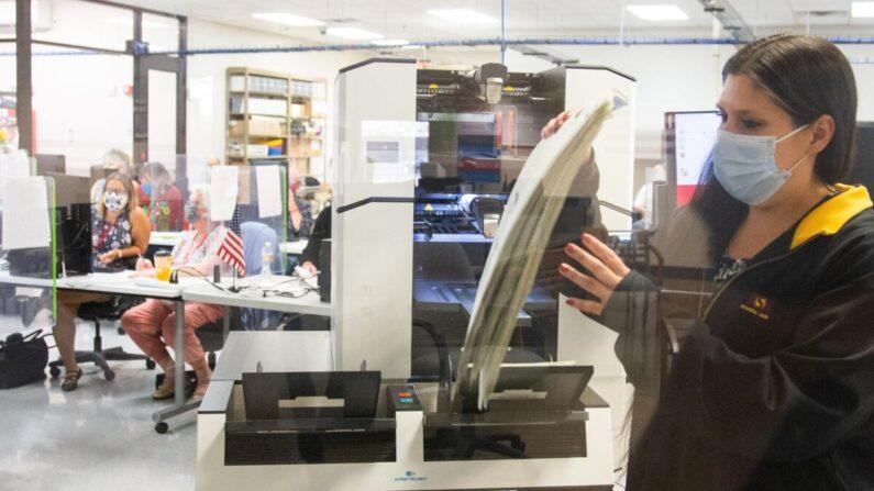 미국 애리조나주 피닉스시의 마리코파 카운티 선거부 직원들이 투표지를 개표하고 있다. 2020.11.5 | Courtney Pedroza/Getty Images