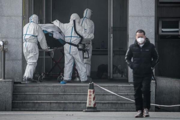 중국 우한시의 한 병원에서 신종 코로나바이러스 감염으로 의심되는 환자를 병원으로 옮기고 있다. | AFP/연합뉴스