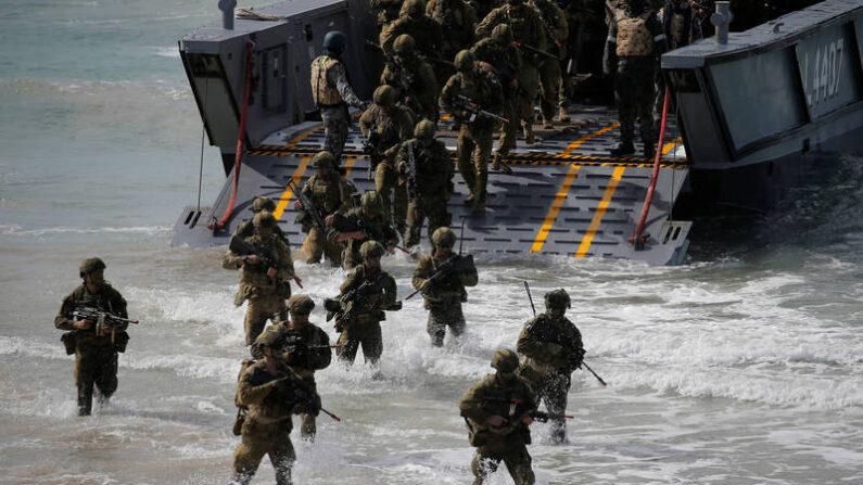 호주 육군 제3여단 소속 장병들이 2017년 미군-호주군 연합 상륙훈련에 참가하고 있다. | 로이터=연합뉴스