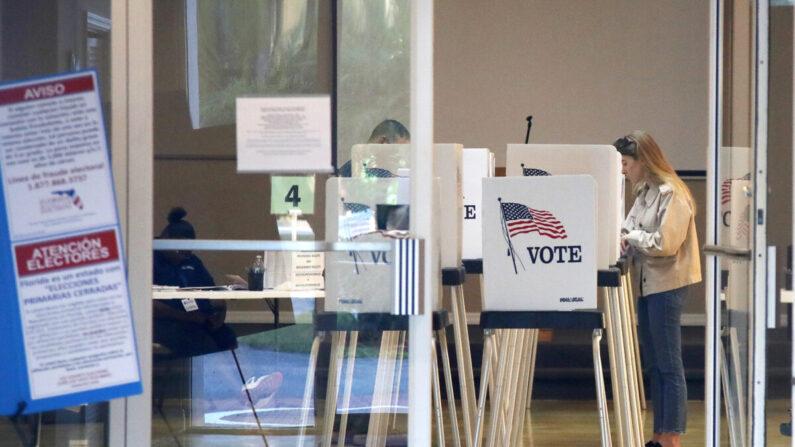 미국 플로리다 유권자들이 투표하고 있다. 2020.3.17 | AP Photo/Elise Amendola 연합