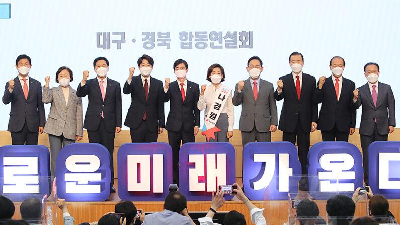 김기현 당 대표 권한대행 및 황우여 당 선관위원장을 비롯한 당 지도부와 5명의 당 대표 후보자 단체사진ㅣ국민의힘 제공