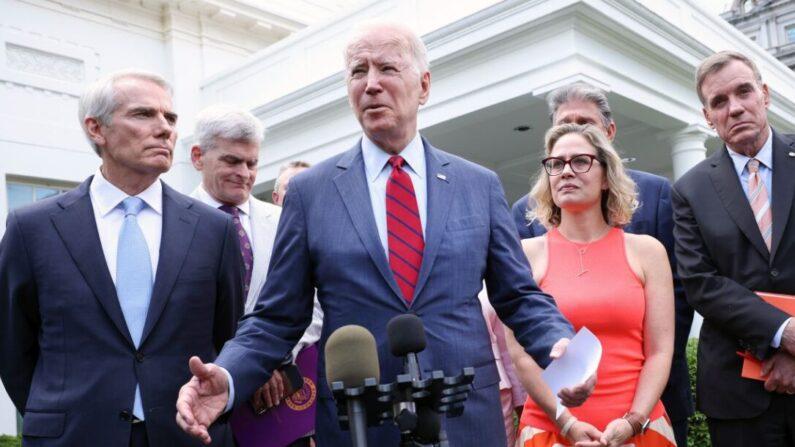 조 바이든 미국 대통령이 초당파 의원들과 회동 후 인프라 예산 타결을 발표하고 있다. | Kevin Dietsch/Getty Images