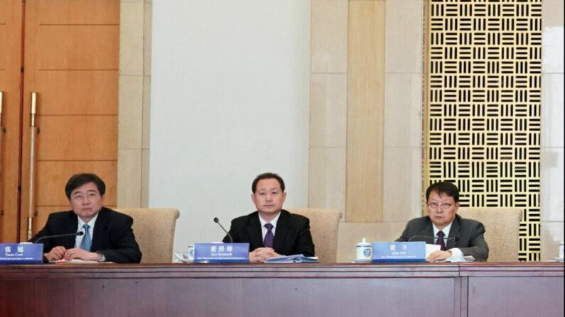 2020년 12월 14일 베이징에서 열린 중국과 벨라루스 정부 간 협력위원회 회의에 참석한 국가안전부 부부장인 둥징웨이(가운데)   바이두