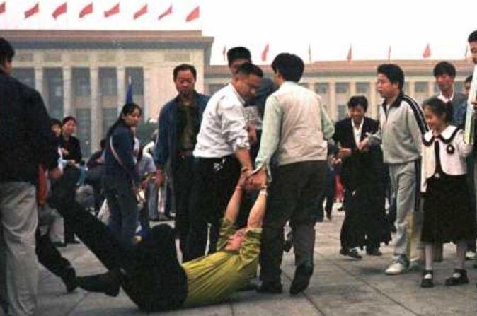 1999년 중국 텐안먼 광장에서 체포되는 파룬궁 수련자 | 자료사진